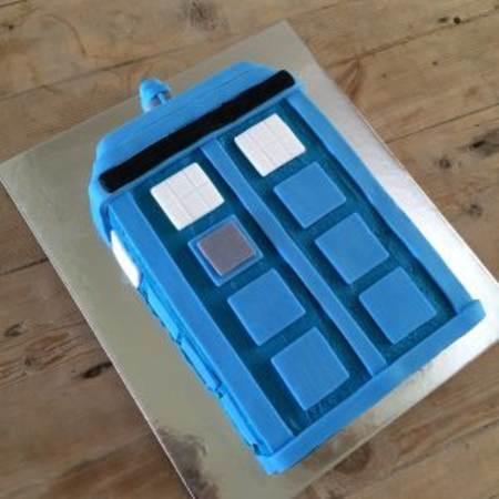 diy-police-box-birthday-cake-kit-table-450